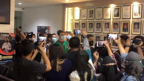 Jeff Smith saat diperkenalkan Polres Metro Jakarta Barat sebagai tersangka kasus narkotika pada 19 April 2021. (Foto: MNC Portal Media/Adiyoga Priambodo)
