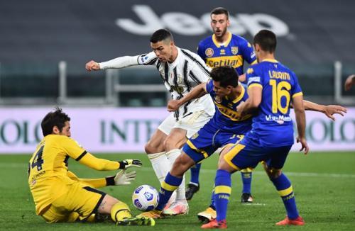 Cristiano Ronaldo vs Parma (Foto: Reuters)