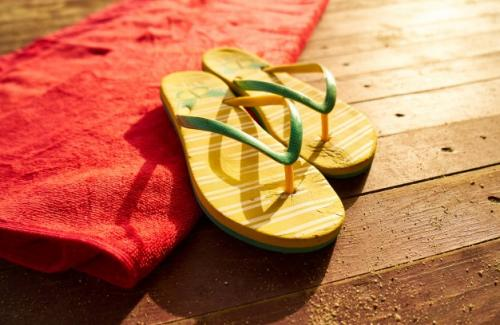 Ilustrasi sandal kasual. (Foto: Freestockcenter/Freepik)
