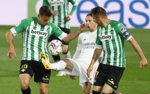 Luka Modric vs Real Betis (Foto: Reuters)