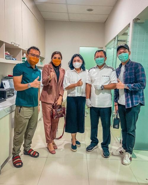 Anang Hermansyah, Ashanty, dan Azriel mendapatkan vaksin kedua yang disuntikkan oleh Terawan. (Foto: Instagram/@ash_ashanty)