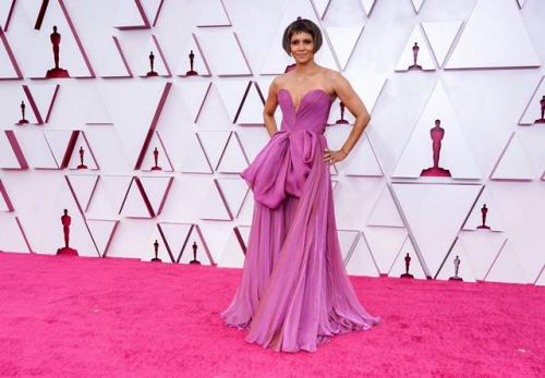 Helle Berry di Red Carpet Piala Oscar 2021. (Foto: Twitter @InStyle)
