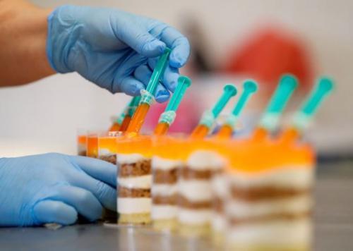 Viral kue berbentuk vaksin covid-19. (Foto: Reuters)