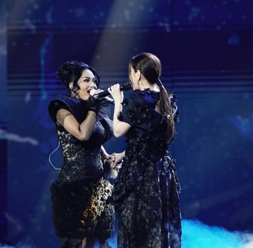 Krisdayanti tampil duet dengan Melisa Hartanto di Result & Reunion Indonesian Idol. (Foto: Instagram/@indonesianidolid)
