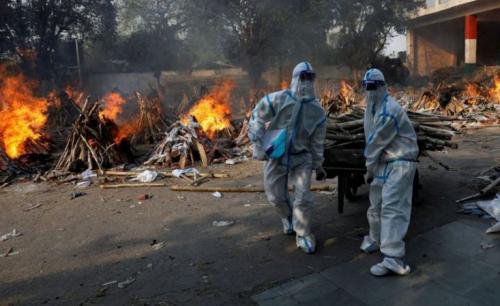 Para staf krematorium bekerja tanpa beristirahat. (Adnan Abidi/Reuters)