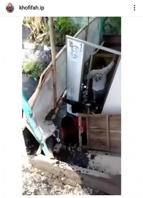 Warga tidak puasa dan makan di warung nyemplung ke selokan (Foto : isntagram)