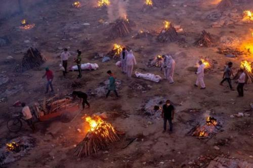 Tumpukan kayu pemakaman telah dibakar sepanjang waktu di sejumlah lokasi. (Danish Siddiqui/Reuters)