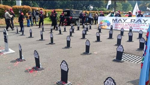 Kuburan massal Omnibus Law. Foto: Raka Dwi