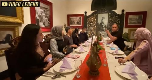Ahmad Dhani buka puasa bareng mantan suami Mulan Jameela. (Foto: YouTube/Video Legend)