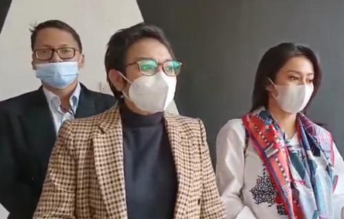 Vicky Zainal dan kuasa hukumnya datangi Komnas Perempuan. (Foto: Okezone/Pernita Hestin Untari)