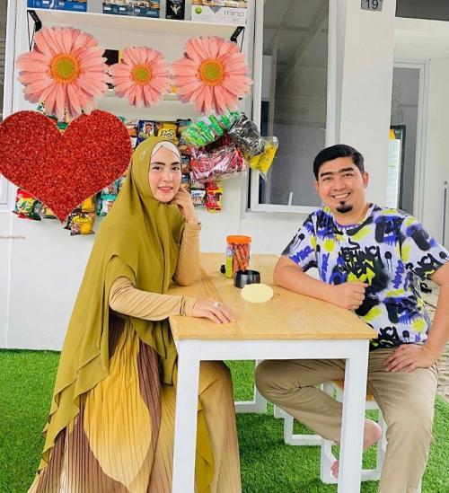 Ustadz Solmed dan April Jasmine melakukan penyembelihan hewan kurban di Ciseeng, Bogor. (Foto: Instagram/@ustad_solmed)