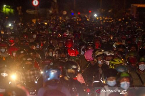 Pemudik di jalur pantura karawang. ANTARA FOTO/M Ibnu Chazar/pras.