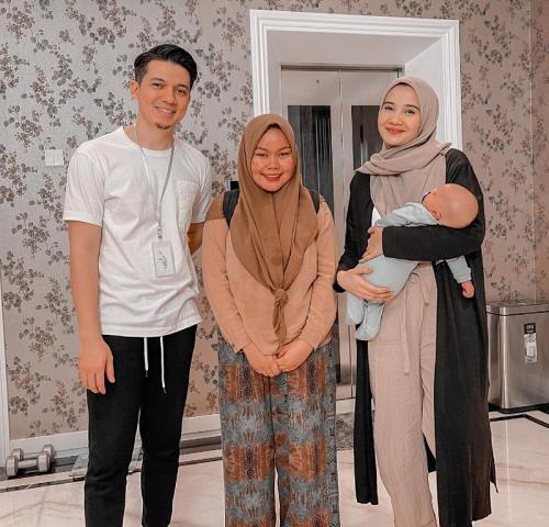 Zaskia Sungkar, Irwansyah, dan ART. (Foto: Instagram/@zaskiasungkar15)