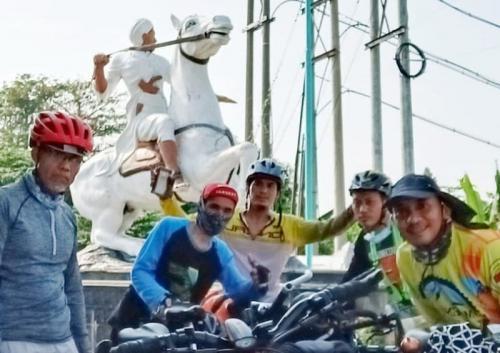 Pulung bersama rekannya mudik dengan bersepeda (Foto : Istimewa)