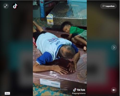 Viral anak belikan kasur untuk orangtuanya. (Foto: TikTok @agungristama)