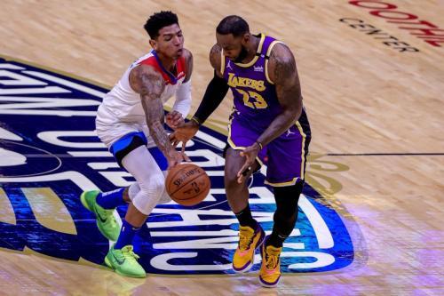 Aksi LeBron James saat bermain di Lakers