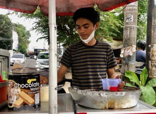 Viral penjual telur gulung ganteng mirip artis Ricky Harun. (Foto: Harminanto/KR Jogja)