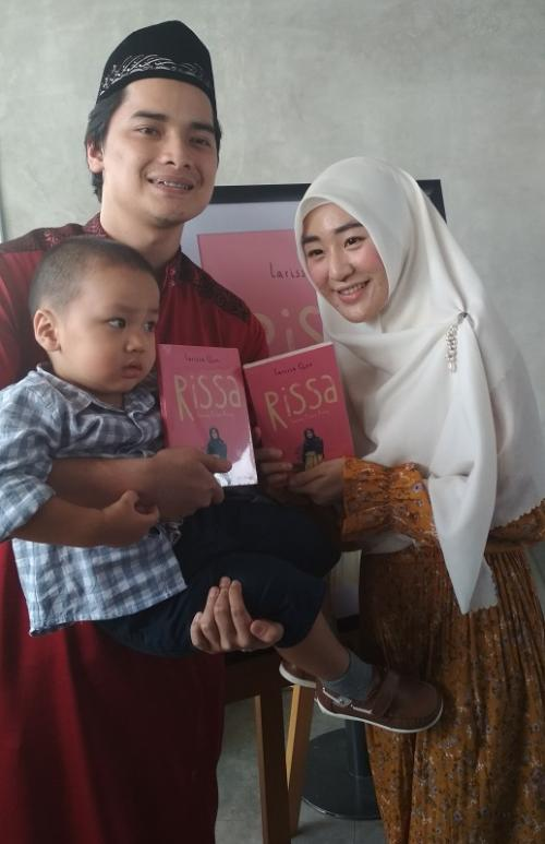 Alvin Faiz bersama Larissa Chou dan putra mereka. (Foto: Okezone)