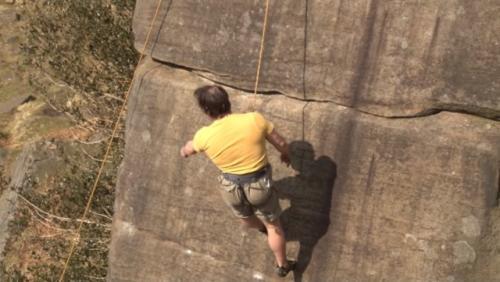 Johnny Dawes si pemanjat tebing tanpa tangan. (Foto: YouTube Wayne Sharrocks)