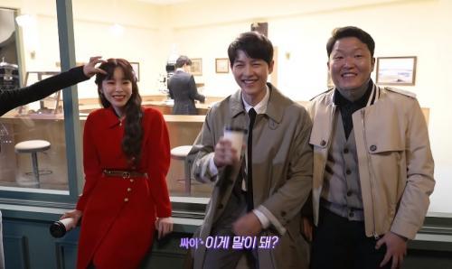 Song Joong Ki bersama PSY dan Heize. (Foto: YouTube/Heize Official)
