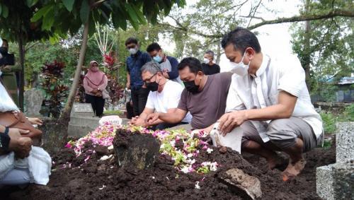 Pemakaman ibunda Indra Brasco