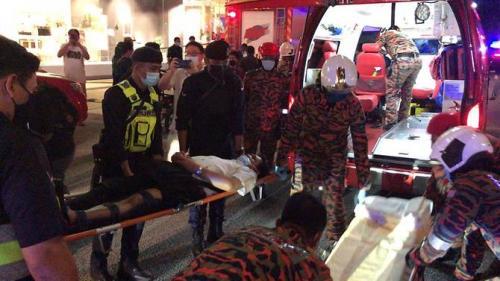 Korban tabrakan LRT di Malaysia dievakuasi ke rumah sakit (Foto: Twitter/@bernamadotcom)