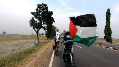 Pesepeda Muhammad Maahir Abulloh galang bantuan untuk Palestina. (Foto: Instagram @penjelajah.nusantara)