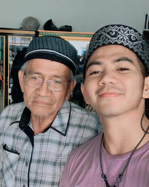 Rizki 2R dan mendiang ayahnya. (Foto: Instagram/@da2_rizki123)