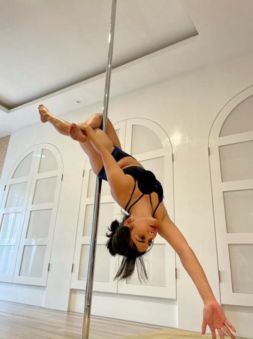 Vanessa Angel latihan pole dance. (Foto: Instagram/@vanessaangelofficial)