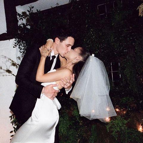 Ariana Grande dan Dalton Gomez menikah. (Foto: Instagram @arianagrande)