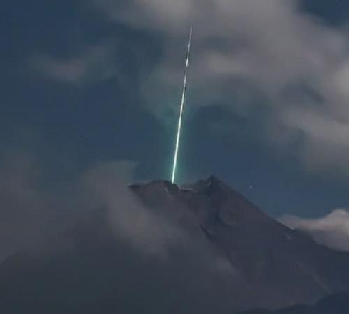 Benda diduga meteor jatuh di puncak Gunung Merapi. (Foto: @gunarto_song)