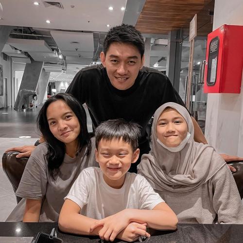 Ifan Seventeen dan anak-anaknya. (Foto: Instagram/@ifanseventeen)