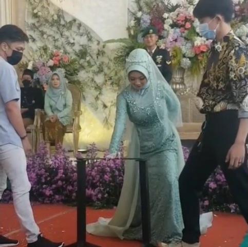 Viral mempelai wanita atraksi debus di acara pernikahan. (Foto: Instagram @makassar_iinfo)