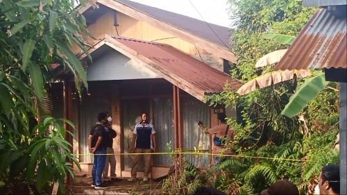 Polisi melakukan olah TKP terkait penemuan mayat hangus terbakar di Banjarmasin (Foto : iNews)