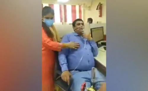 Viral karyawan bank di India masuk kerja sambil bawa tabung oksigen. (Foto: Oddity Central)