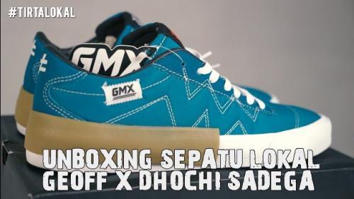 Dokter Tirta Mandira Hudi me-review sepatu lokal Geoff Max X Dochi Sadega. (Foto: YouTube Tirta PengPengPeng)