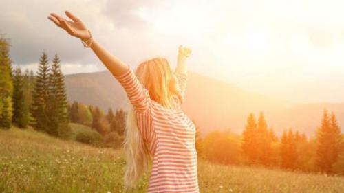Berjemur sinar matahari. (Foto: Shutterstock)