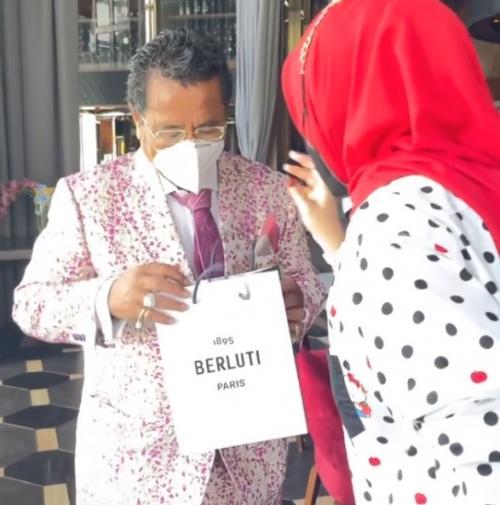 Hotman Paris Hutapea dapat kado mahal dari suami Syahrini. (Foto: Instagram/@hotmanparisofficial)