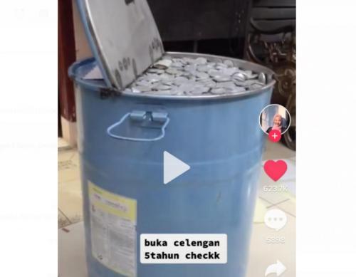 Viral celengan drum isi uang koin puluhan juta rupiah. (Foto: TikTok @kucingdalamkarung)