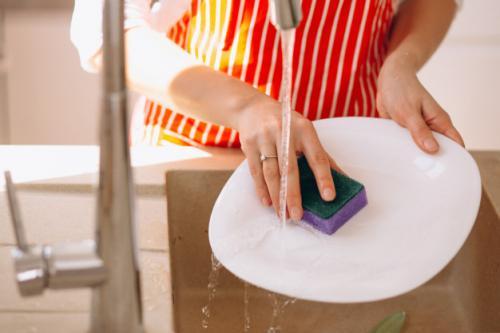 Cuci piring. (Foto: Senivpetro/Freepik)
