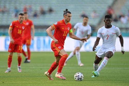 Aksi Bale saat membela Wales di laga kontra Swiss