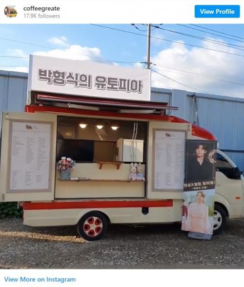 Park Hyung Sik kirim truk kopi untuk Park Seo Joon dan Park Bo Young. (Foto: Instagram/@coffeegreate)