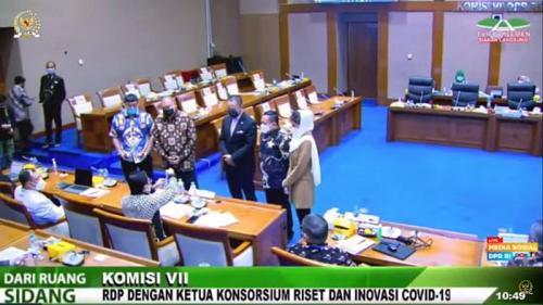 Terawan memamerkan cara pembuatan Vaksin Nusantara di depan Anggota DPR (Foto : Youtube)