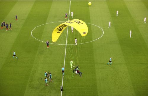 Insiden parasut dalam pertandingan Prancis vs Jerman (Foto: Reuters)