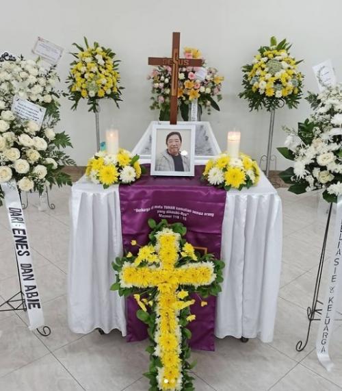 Ayah Leony meninggal.