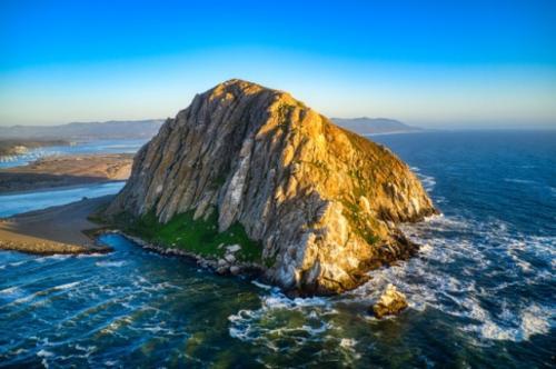 Ilustrasi gunung di lautan. (Foto: Wirestock/Freepik)