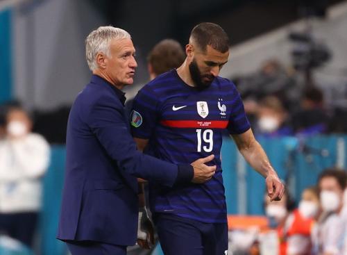 Didier Deschamps dan Karim Benzema (Foto: Reuters)