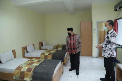 Wamenag Zainut Tauhid Sa'adi meninjau kesiapan Asrama Haji Pondok Gede Jakarta menampung pasien covid-19. (Foto: Kemenag)
