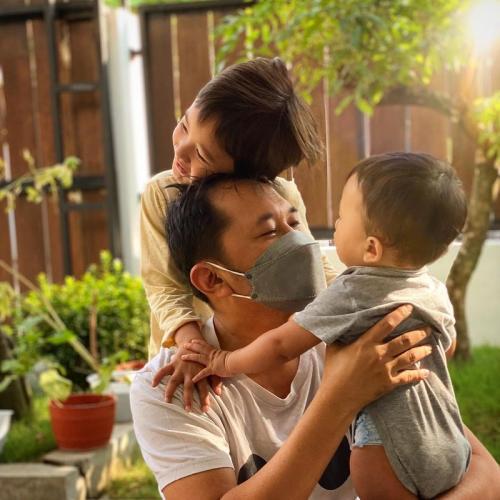 Hanung Bramantyo dan anak.