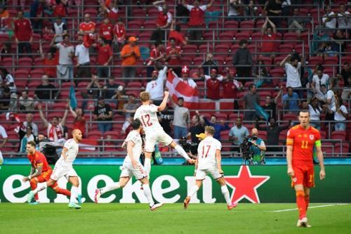 Suasana laga Denmark vs Wales